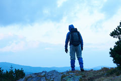 Advanture-Mann mit dem Rucksackwandern Lizenzfreies Stockbild