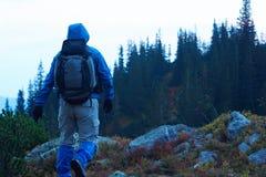 Advanture-Mann mit dem Rucksackwandern Stockbild