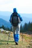 Advanture-Mann mit dem Rucksackwandern Lizenzfreie Stockfotografie