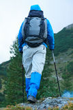 Advanture-Mann mit dem Rucksackwandern Stockbilder