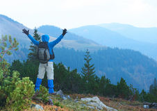 Advanture-Mann mit dem Rucksackwandern Stockfotos