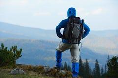 Advanture-Mann mit dem Rucksackwandern Lizenzfreies Stockfoto