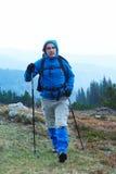 Advanture-Mann mit dem Rucksackwandern Stockfoto