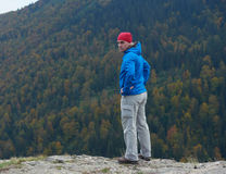 Advanture-Mann mit dem Rucksackwandern Lizenzfreie Stockfotos