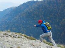 Advanture-Mann mit dem Rucksackwandern Lizenzfreie Stockbilder