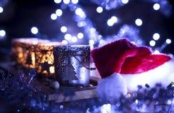 Advenimiento, cuatro velas adornadas y sombrero de Santa Claus Imagenes de archivo
