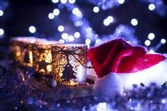 Advenimiento, cuatro velas adornadas y sombrero de Santa Claus Fotos de archivo libres de regalías