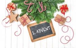 Advenimiento de las ramas de árbol de pino de los regalos de la pizarra de la decoración de la Navidad Imagen de archivo libre de regalías
