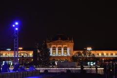 Advenimiento en Zagreb, Croacia, ferrocarril central adornado con las luces de la Navidad Foto de archivo