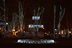 Advenimiento en Zagreb, Croacia, fuente en el parque de Zrinjevac por noche Imagen de archivo libre de regalías