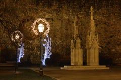 Advenimiento en Zagreb, Croacia, luces de calle con la decoración de la Navidad delante de la catedral de Zagreb Imagen de archivo libre de regalías