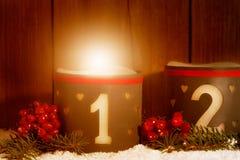 1 Advenimiento, vela que brilla intensamente con el número 1 Foto de archivo libre de regalías