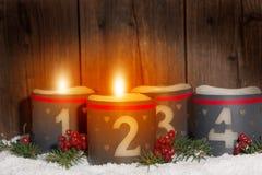 2 Advenimiento, velas que brillan intensamente con números Foto de archivo