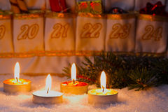 Advent Calendar durch Kerzenlicht Stockbild