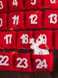 Advent Calendar vermelho com a decoração e luzes brancas dos cervos da chuva foto de stock