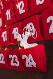 Advent Calendar vermelho com a decoração e luzes brancas dos cervos da chuva imagens de stock royalty free