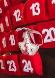 Advent Calendar vermelho com uma decoração branca e luzes da estrela imagens de stock royalty free