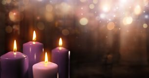 Advent Candles In Church - tre lilor och en rosa färg Royaltyfri Bild