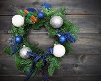Advent Christmas-Kranz auf hölzernem Hintergrund Stockfoto