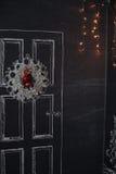 Advent Christmas-Kranz auf Holztürdekoration Lizenzfreie Stockbilder
