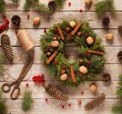 Advent Christmas-Kranzdekoration mit natürlichen Dekorationen, Kiefernkegel putzen, Nüsse, kandierte Frucht auf hölzernem Hinterg Stockbilder