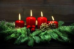 Advent Decoration Cuatro velas ardientes rojas Estilo de la vendimia Imagen de archivo libre de regalías