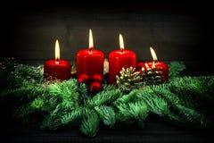 Advent Decoration Cuatro velas ardientes rojas Estilo de la vendimia Imágenes de archivo libres de regalías