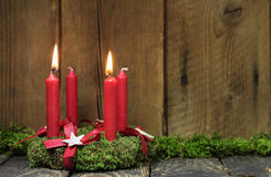Advent eller julkrans med fyra röda vaxstearinljus Arkivbild
