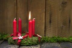 Advent eller julkrans med fyra röda vaxstearinljus Royaltyfria Bilder