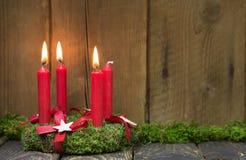 Advent eller julkrans med fyra röda vaxstearinljus Arkivbilder