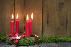 Advent eller julkrans med fyra röda vaxstearinljus Royaltyfri Bild