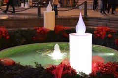 Advent i Zagreb, Kroatien, den Mandusevac springbrunnen dekorerade med adventkransen arkivfoto
