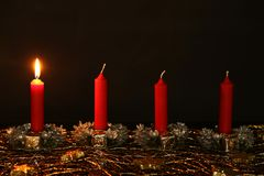 Advent Season, quatre bougies de combustion Photos stock