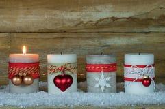 Advent Season, una candela bruciante su neve fotografia stock
