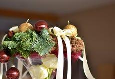 Advent Wreath con le candele dorate sui rami attillati Fotografia Stock