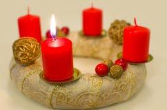 Advent Wreath de oro encendido Imágenes de archivo libres de regalías