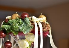 Advent Wreath mit goldenen Kerzen auf den Fichtenzweigen Stockfoto