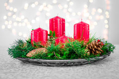 Advent Wreath Weihnachtsblumendekorationen mit Lichtern Stockbild