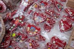 Advent In Zagreb, Kroatië Een verkopers verkopende hand - gemaakte Kerstmisdecoratie met traditioneel Licitar-hartsymbool o Zagre Royalty-vrije Stock Foto's