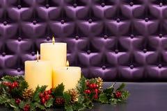Adventblommaordning med burning stearinljus Arkivbilder