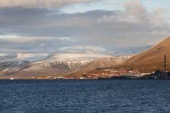 Adventfjorden en stad van Longyearbyen, Svalbard royalty-vrije stock foto's