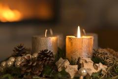 Adventkrans med en brinnande stearinljus Royaltyfri Bild