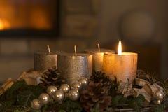 Adventkrans med en brinnande stearinljus Royaltyfri Fotografi