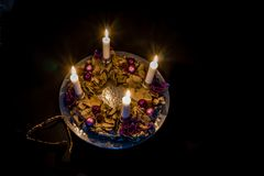 Adventkrans med fyra brännande stearinljus Royaltyfri Fotografi