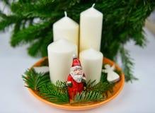 Adventkrans med Santa Claus Arkivbild