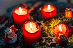 Adventkrans med tända stearinljus från över Fotografering för Bildbyråer
