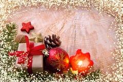 Adventstearinljus med garnering och julljus Royaltyfri Fotografi