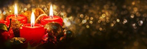 Adventstearinljus med julgarnering Fotografering för Bildbyråer