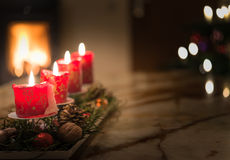 Adventstearinljus med julgranen och den brinnande lampglaset avfyrar royaltyfri bild