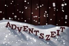 Adventszeit-Durchschnitt-Weihnachtszeit auf Schnee-Schneeflocken Stockfotografie